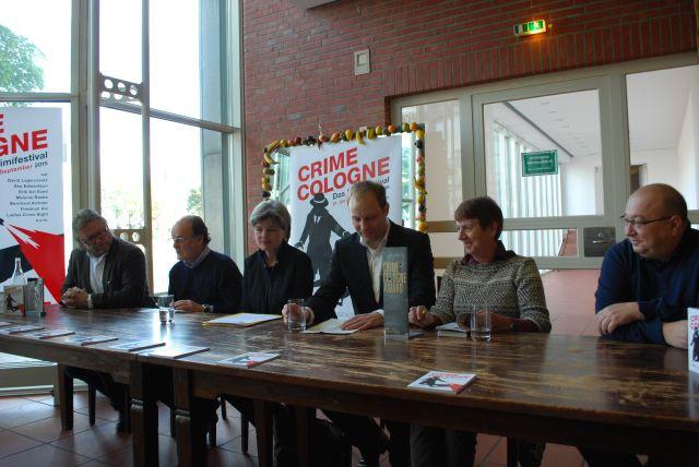 Werner Fredebold (Junge Autoren Award), Ute Berg (Stadt Köln), Fabian Pasalk (Projektleitung Crime Cologne), Margarete von Schwarzkopf, Hejo Emons und Orkun Ertener.