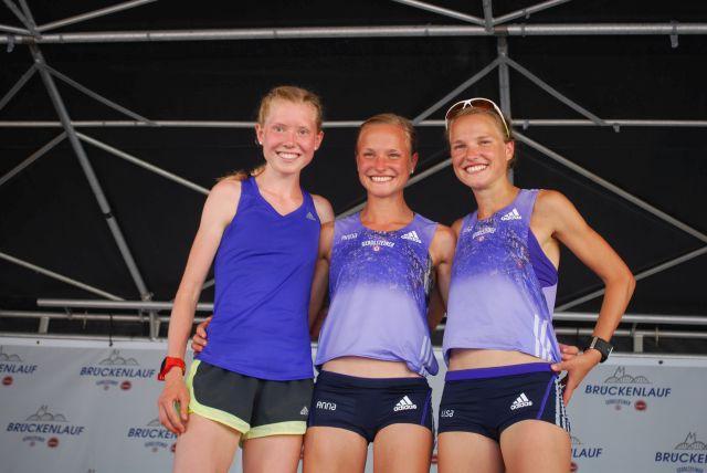 die ersten drei Frauen des Hauptlaufes . Platz 1 und 2 Ging an Anna und Lisa Hahner