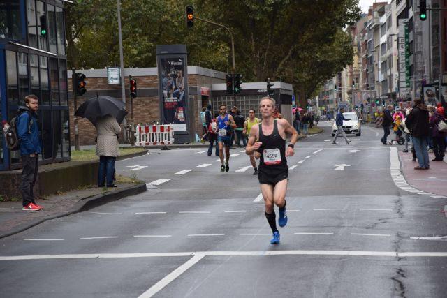 Und hier kommt der diesjährige Kölner #Stadtmeister #MarkusNett der in einer Zeit von 2:37:...ins Ziel kam
