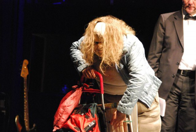last but not least, die Dicke, die mit ihrer Optik als Performance Künstlerin, der Gesellschaft, den Spiegel vorhält.