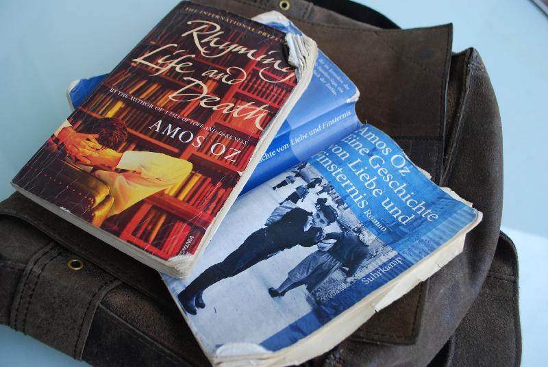Bücher von Amos Oz müssen in der Fam. Zabaione einiges aushalten....dieses hat ein paar Monate auf dem Balkon überwintert, und wahrscheinlich hat ein Fogel dran geknabbert