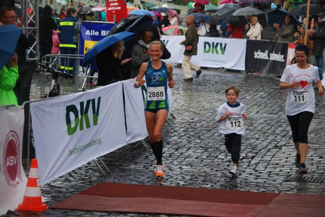 Die Dritte der Frauen, Anna Hahner,  lies es sich nicht nehmen, mit dem Kleinen 56:21