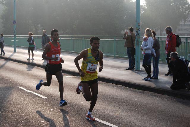 auf dem Bild vorn, der spätere Gewinner Melaku Belachew, derden Lauf mit 1:03 gewann