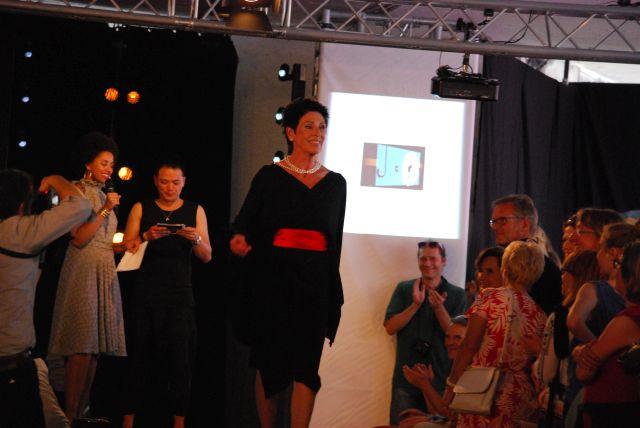 Erika Berger in einem Kleid von Chang13